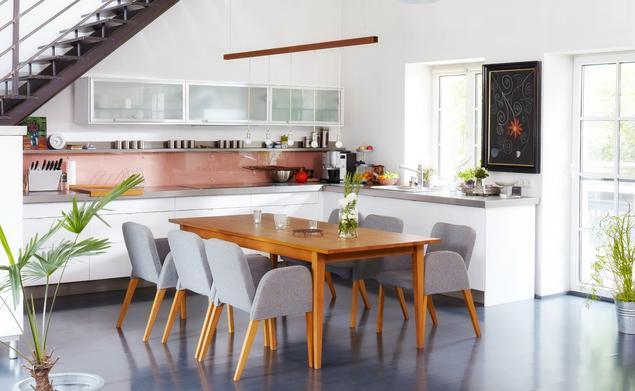 Jak urządzić kuchnię - kuchnia pod schodami