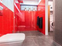 Mała czerwona łazienka – aranżacja nowoczesnej łazienki