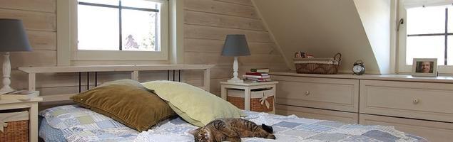 Sypialnia na poddaszu w stylu prowansalskim. Drewno w sypialni
